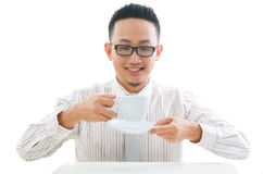 Asiatischer Geschäftsmannestrinkender Kaffee Lizenzfreies Stockbild