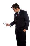 Asiatischer Geschäftsmanngebrauch ein Lupenblick zu etwas Stockfotos