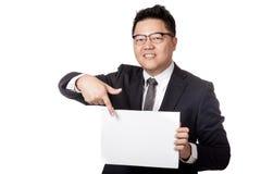 Asiatischer Geschäftsmannpunkt zu einem leeren unterzeichnen herein seine Hand Lizenzfreie Stockfotografie