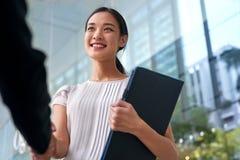 Asiatischer Geschäftsfrauhändedruck Lizenzfreie Stockfotos