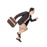 Asiatischer Geschäftsmann, der in der Hand mit einem Aktenkoffer, an lokalisiert läuft Stockfotografie