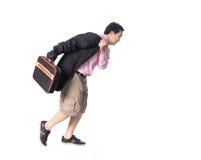 Asiatischer Geschäftsmann, der in der Hand mit einem Aktenkoffer, an lokalisiert läuft Lizenzfreie Stockfotografie