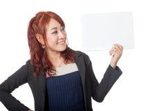 Asiatischer glücklicher Blick des Büromädchens auf ein leeres unterzeichnen herein ihre Hand Stockfotos
