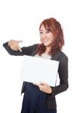 Asiatischer glücklicher Punkt des Büromädchens an einem leeren Zeichen und an einem Lächeln Stockbilder