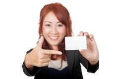 Asiatischer glücklicher Punkt des Büromädchens zu einem Fokus der leeren Karte auf der Karte Stockbilder