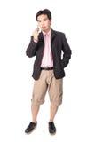 Asiatischer gutaussehender Mann mit den Schlüsseln seines Neuwagens, lokalisiert auf whi Lizenzfreie Stockfotos