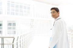 Asiatischer indischer männlicher Arzt innerhalb des Krankenhauses. Lizenzfreie Stockfotos