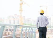 Asiatischer indischer männlicher Auftragnehmeringenieur Stockfoto