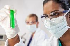 Asiatischer indischer weiblicher Wissenschaftler-Forscher In Laboratory lizenzfreies stockfoto