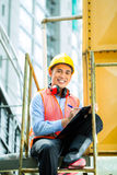 Asiatischer indonesischer Bauarbeiter auf Baustelle Lizenzfreie Stockfotografie
