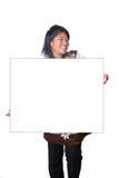 Asiatischer Jugendlicher, der unbelegte weiße Karte anhält. Stockbild