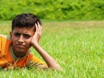 Asiatischer Junge auf Wiese lizenzfreie stockfotografie