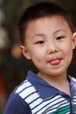 Asiatischer Junge bildet Gesicht Stockbild