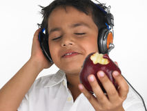 Asiatischer Junge, der einen Apfel beißt Stockfotos