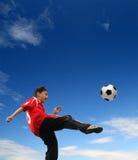 Asiatischer Junge, der Fußball spielt Lizenzfreies Stockfoto