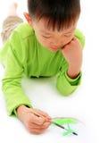 Asiatischer Junge in der grünen Zeichnung und im Anstrich Lizenzfreie Stockfotografie