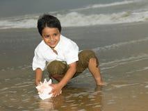 Asiatischer Junge, der im Strand spielt Stockbilder