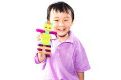 Asiatischer Junge, der Lego spielt Lizenzfreie Stockfotografie
