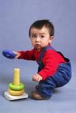 Asiatischer Junge, der Spielzeug spielt stockfotos