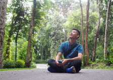 Asiatischer Junge des jungen netten männlichen gesunden Jugendlichen, der glänzendes blaues Hemd trägt Lizenzfreies Stockfoto