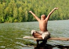 Asiatischer Junge mit den Händen oben auf Stufe Lizenzfreie Stockbilder