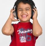 Asiatischer Junge mit Kopfhörern Stockbild