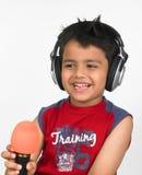Asiatischer Junge mit Kopfhörern Stockfotografie