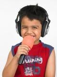 Asiatischer Junge mit Kopfhörern Stockfoto