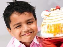 Asiatischer Junge mit Kuchen Stockfoto