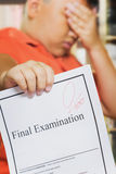Asiatischer Junge mit nullergebnis auf Examensarbeit Stockbilder