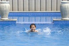 Asiatischer Junge schwimmt im Pool Lizenzfreie Stockbilder