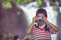 Asiatischer Jungenphotograph mit Berufsdigitalkamera im Beaut Stockfotografie