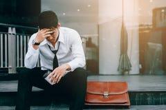 Asiatischer junger Geschäftsmanndruck, der im Front Office mit seinem sitzt lizenzfreie stockfotografie