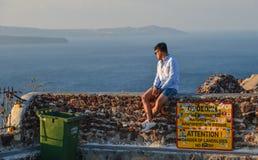 Asiatischer junger Mann, der am sonnigen Tag genießt stockbild