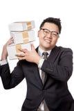 Asiatischer Kasten des Geschäftsmanngriffs 3 auf seiner Schulter und Lächeln Stockfotografie