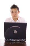 Asiatischer Kerl, der eine E-Mail sendet Stockbild