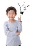 Asiatischer kleiner Junge des Porträts, der eine Idee lokalisiert auf weißem backg hat lizenzfreie stockbilder