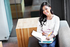 Asiatischer Kursteilnehmer auf Campus lizenzfreie stockbilder