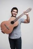 Asiatischer Kursteilnehmer, der eine Gitarre 2 anhält Lizenzfreies Stockfoto
