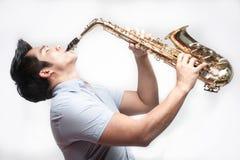 Asiatischer Kursteilnehmer, der Saxophon spielt Lizenzfreie Stockbilder