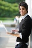 Asiatischer Kursteilnehmer mit Laptop Stockbilder