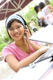 Asiatischer Kursteilnehmer am Telefon Stockbilder