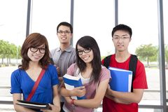 Asiatischer lächelnder Kursteilnehmerstandplatz im Klassenzimmer stockbilder