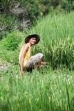 Asiatischer Landwirt am Reisfeld Stockbild