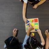 Asiatischer Lehrerspiel-Geometrieblock mit Studenten lizenzfreie stockfotos