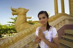 Asiatischer Mädchen-Gruß im Tempel Stockfotografie