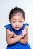 Asiatischer Mädchen Headshot im weißen Hintergrund ist kalt lizenzfreie stockfotos
