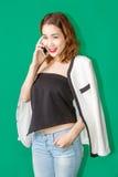 Asiatischer Mädchengebrauch Smartphone stockbilder