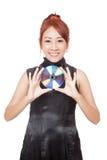 Asiatischer Mädchengriff eine Diskette mit ihren beiden Händen und Lächeln Lizenzfreies Stockbild