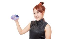 Asiatischer Mädchengriff eine Diskette und ein Lächeln Lizenzfreies Stockfoto
